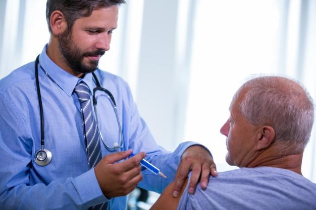 doutor-masculino-que-da-uma-injecao-a-um-paciente_1170-2135.jpg